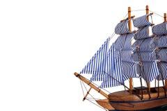 Spielzeugsegelnboot auf weißem Hintergrund Stockbild