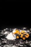 Spielzeugtraktor klärt Schneestapel Stockbilder