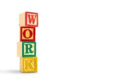 Spielzeugwürfel werden benutzt, um die Wortarbeit zu schaffen Lizenzfreie Stockbilder