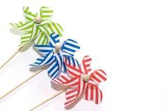 Spielzeugwindmühlen auf weißem Hintergrund (1) Lizenzfreie Stockbilder
