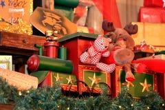 Spielzeugzug transportiert Geschenke Stockfoto