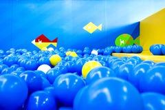 Spielzimmer voll von Bällen Stockfotos