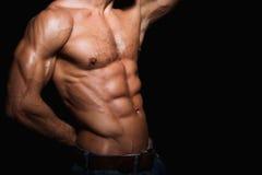 Spier en sexy torso van de jonge sportmens stock foto's
