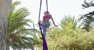 Spier jonge acrobatische danser opleiding stock footage