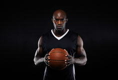 Spier jonge mannelijke basketbalspeler in eenvormig royalty-vrije stock afbeeldingen