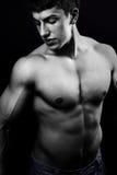 Spier jonge mens in dark stock fotografie