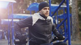 Spier jonge mens die oefening in openluchtgymnastiek in de winterpark doen royalty-vrije stock foto