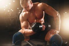 Spier mannelijke atleten opheffende domoren Stock Foto's