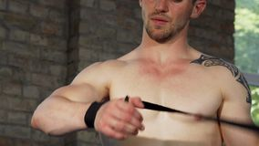 Spier mannelijke vechter die zijn handen vastbinden vóór de strijd stock videobeelden