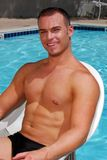 Spier mens door een pool stock afbeelding