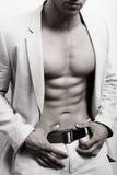 Spier mens met sexy abs en kostuum stock fotografie