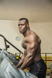 Spier zwarte mannelijke bodybuilder die op tredmolen in gymnastiek uitoefenen Stock Afbeeldingen