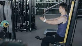 Spierbodybuilder die oefeningentraining in gymnastiek voor borstspieren doen stock video