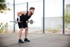 Spiergeschiktheidsmens die zware oefening doen die barbell gebruiken stock foto