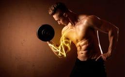 Spierlichaamsbouwer het opheffen gewicht met energielichten op bicep Royalty-vrije Stock Foto