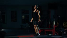 Spiermens in de gymnastiek, opleidingsbenen die met een kabel met het concept barselectie springen van geschiktheid en het bodybu stock videobeelden