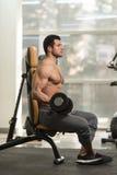 Spiermens die Bicepsen met Domoor uitoefenen Stock Fotografie