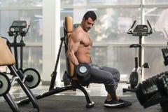 Spiermens die Bicepsen met Domoor uitoefenen Royalty-vrije Stock Afbeelding