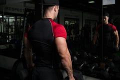 Spiermens die Bicepsen met Domoor uitoefenen Royalty-vrije Stock Foto