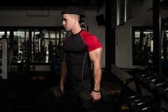 Spiermens die Bicepsen met Domoor uitoefenen Stock Afbeeldingen