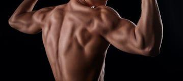 Spiermodel die zijn achterspieren tonen royalty-vrije stock foto's
