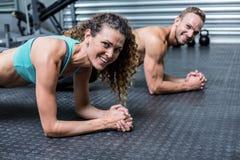 Spierpaar die planking oefeningen doen stock foto