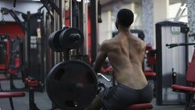 Spierrug van een zwart mannetje die in de gymnastiek uitoefenen stock video