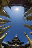 Spiers av tempelkomplexet av pagodgästgivargården Dein i Myanmar Arkivbild