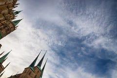 Spiers y cielo Centro de ciudad Erfurt, Alemania imagen de archivo libre de regalías