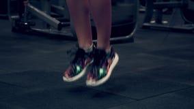 Spiervrouw die in de gymnastiek het opheffen gewichten uitwerken stock videobeelden