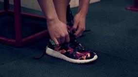 Spiervrouw die in de gymnastiek het opheffen gewichten uitwerken stock video