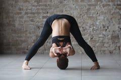 Spiervrouw die yoga doen binnen stock fotografie