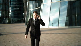 Spieszny biznesmen z smartphone zbiory wideo