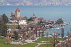 Spiez Kirche mit See von Thun die Schweiz Lizenzfreies Stockfoto