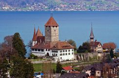 Spiez Schloss mit See von Thun die Schweiz Stockfotos