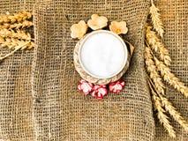Spighette del grano dell'agitatore di sale e della paglia con sale su una vecchia tela marrone, tovaglia Simbolo dello slavo di p immagine stock libera da diritti
