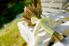 Spighette di grano in un mazzo che mette sull'erba Immagine Stock Libera da Diritti