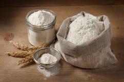 Spighette e farina nella borsa, barattolo sui bordi Immagini Stock Libere da Diritti