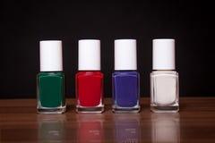 4 spijkerlak, rood, groen, blauw en wit Stock Fotografie