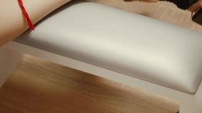 Spijkermanicure in een schoonheidssalon stock footage