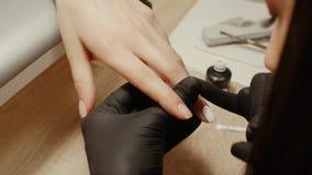 Spijkermanicure in een schoonheidssalon stock video