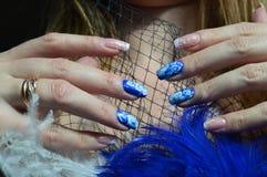 Spijkerontwerp: De Franse manicure en nam in de techniek van het Chinese schilderen op het blauw toe Royalty-vrije Stock Afbeeldingen