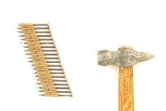 Spijkers en een hamer Stock Foto