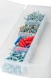 Spijkers en schroeven in doos Stock Afbeelding
