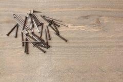 Spijkers op houten lijst stock foto's