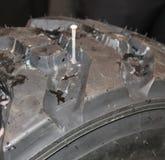 Spika att punktera lastbildäcket royaltyfri fotografi