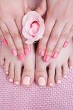 Spika brunnsorttillvägagångssättet manicure pedicuren arkivfoton