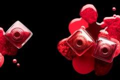 Spika konst- och manikyrbegreppet Metalliskt rött spikar polermedel royaltyfri fotografi