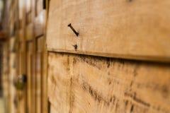 Spika på den gamla wood väggen arkivbild