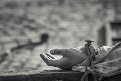 Spikad hand på träkors Arkivbild